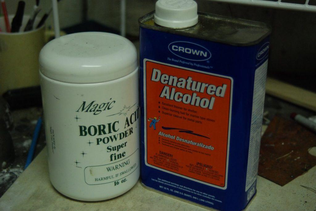 Una botella de producto de ácido bórico