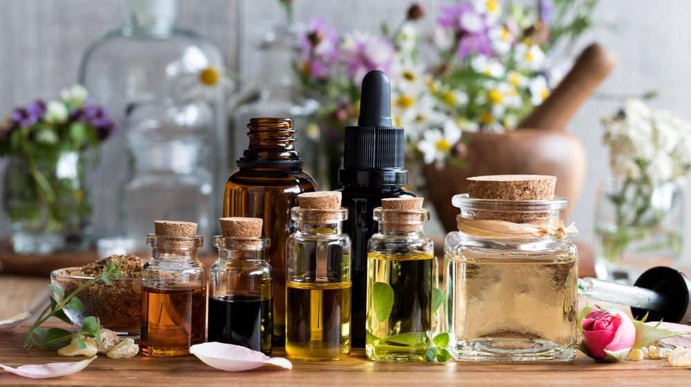 Todo tipo de aceites esenciales sobre la mesa