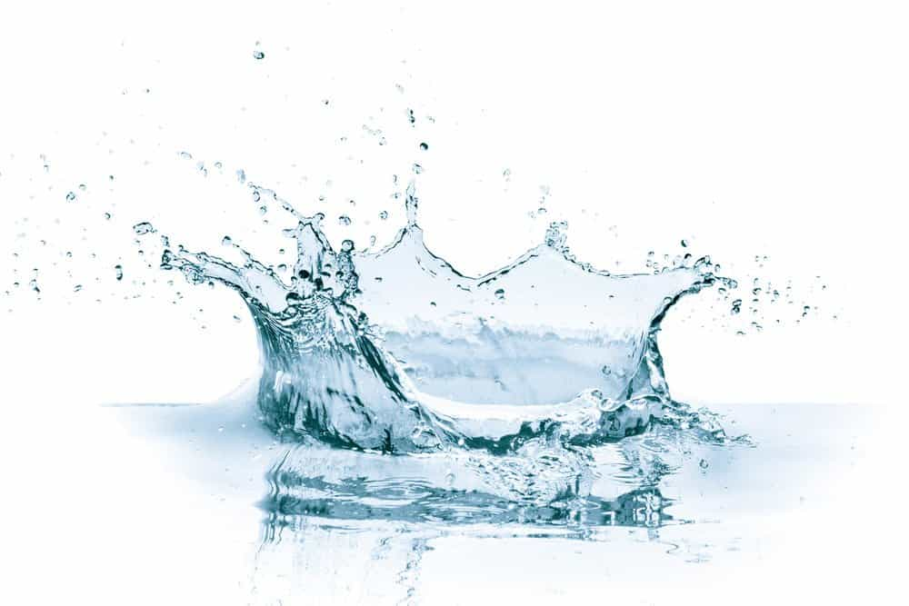 Agua gota en blanco