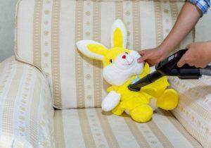 Utilice una aspiradora para limpiar la muñeca de conejo