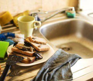 Sucio montón de cocina de platos sucios infestados de cucarachas