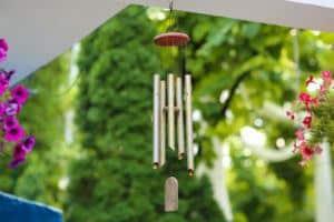 Colgando campanas de viento de plata para ahuyentar a las palomas
