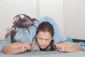 Mujer alérgica a un enorme ácaro de polvo en la cama