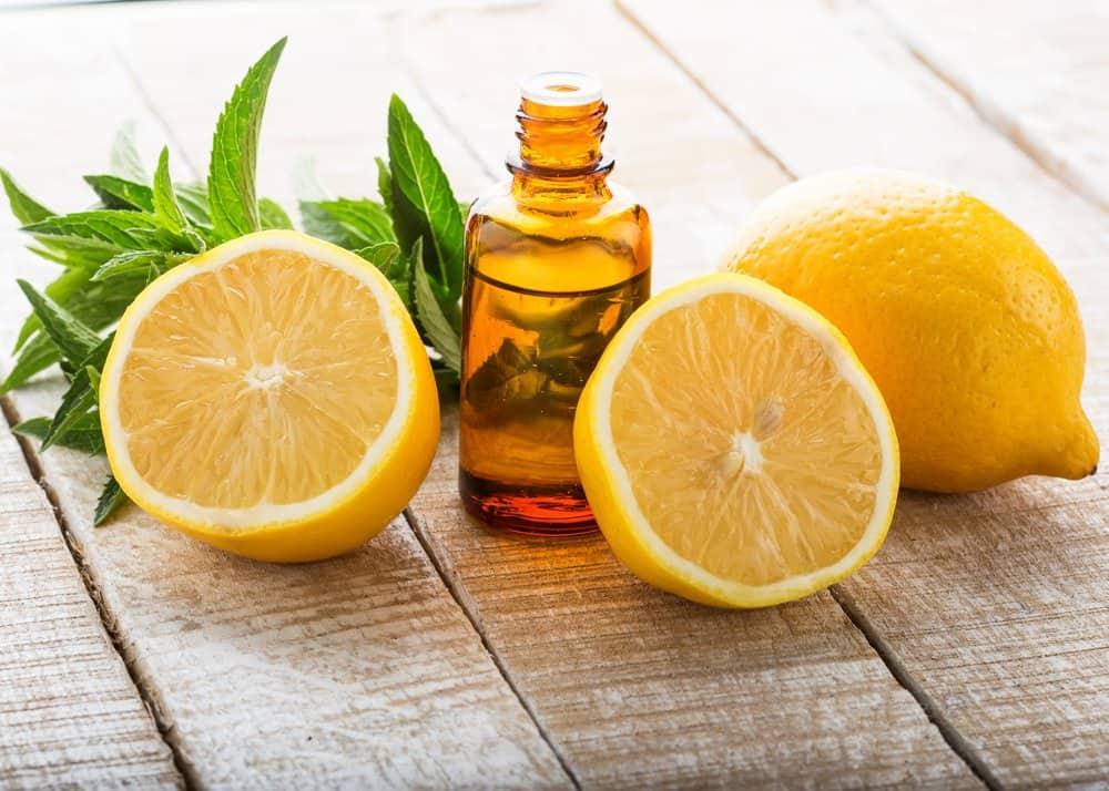 Limones y una botella de aceite en la mesa