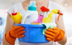 Mujer con un paquete de detergentes