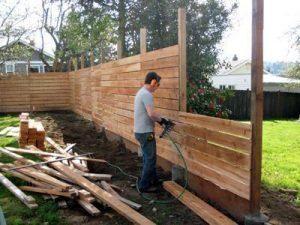 Construcción de valla en el patio trasero