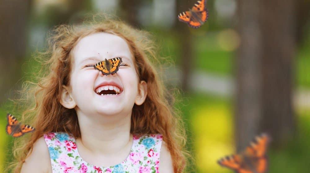 mariposas rodeó a la chica
