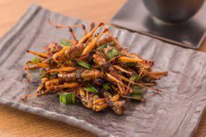 Insecto saltamontes crujiente con pandan después frito