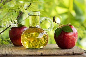 Vinagre de Sidra de Manzana en mesa de madera