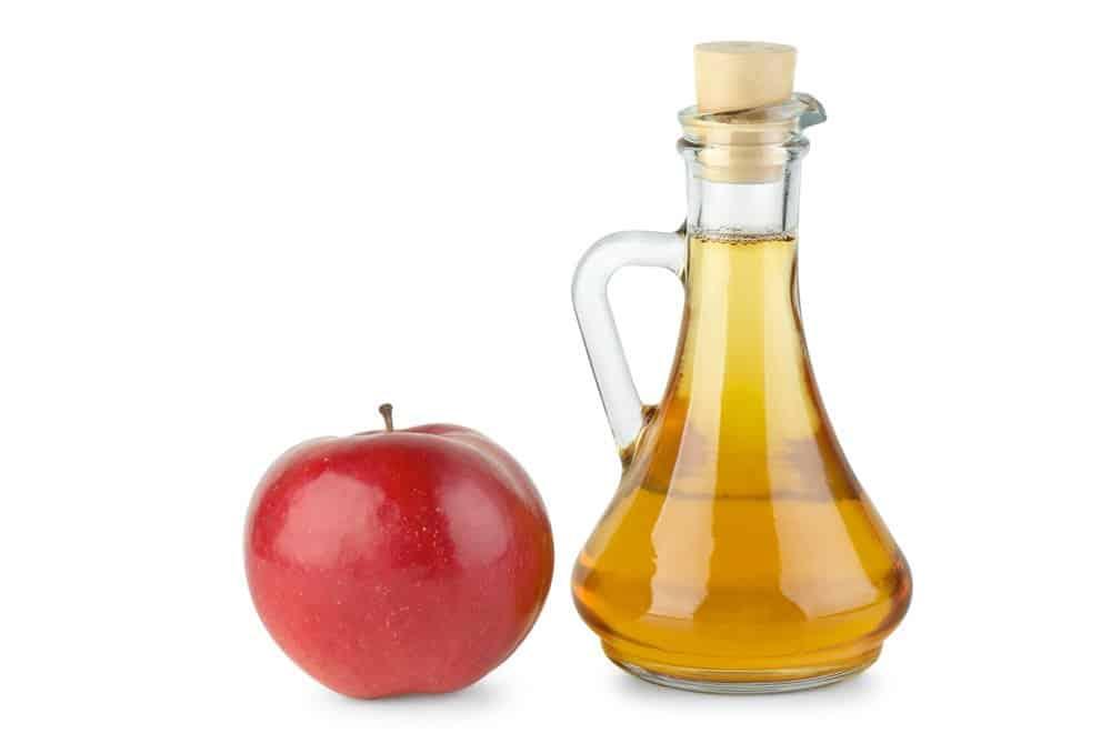 Vinagre de manzana y manzana en el fondo blanco