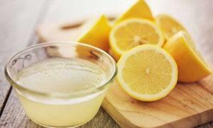 Algunos limones con jugo de limón en la mesa