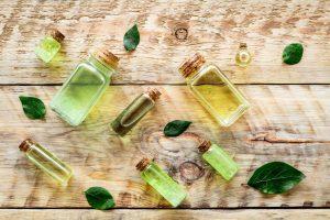 diferentes tipos de aceite de árbol de té sobre el fondo de madera.