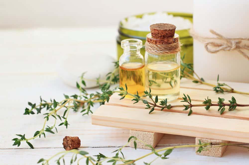 Aceite esencial natural sobre la mesa de madera