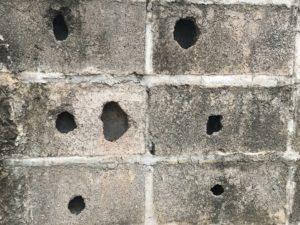 agujeros en la pared de concreto