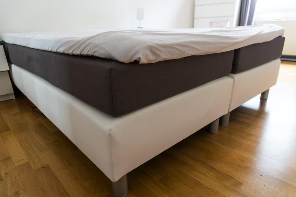 Una cama grande y colchón y sábanas