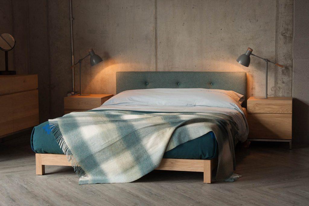 Un dormitorio de estilo gris
