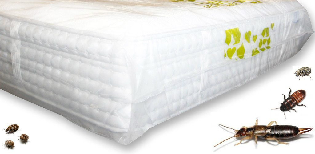 Cama blanca y sábanas con diferentes insectos