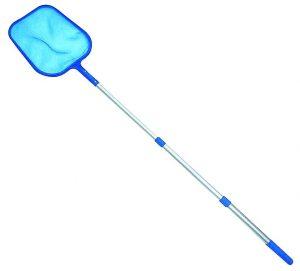 Un skimmer de la piscina azul sobre fondo blanco