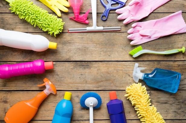 Producto de limpieza de la casa en la mesa de madera