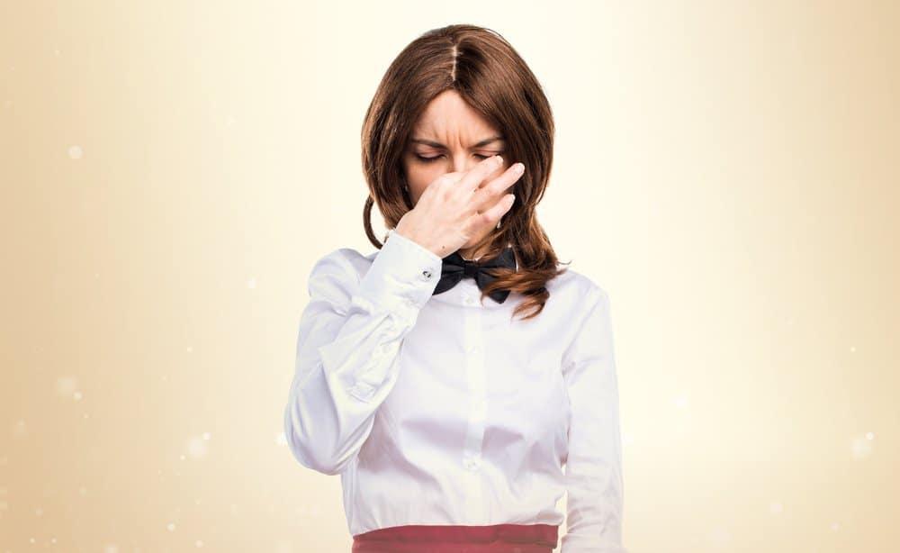 Mujer siente mal olor