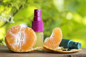 Aceite esencial de naranja se mezcla con agua en una botella de pulverización