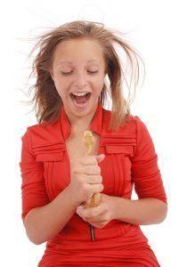 Una chica está sosteniendo una serpiente y gritando