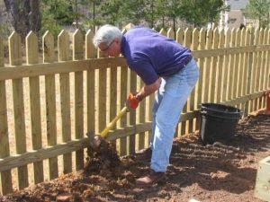 Un hombre está agregando enmiendas a la valla