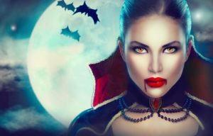 Retrato de la mujer vampiro sobre fondo de la noche de miedo con murciélagos. Belleza Chica atractivo del vampiro con gotas de sangre en la boca. Vampiro maquillaje diseño de la moda del arte.
